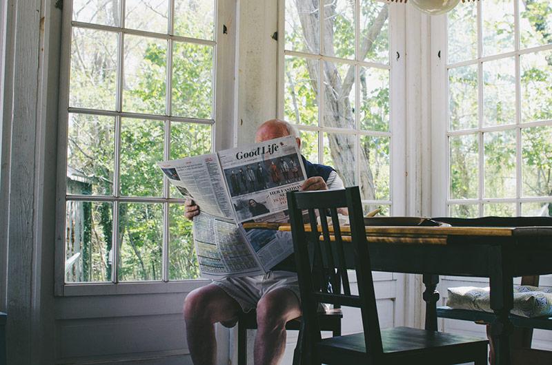 Idosos, férias e verão: cuidando do familiar que fica em casa