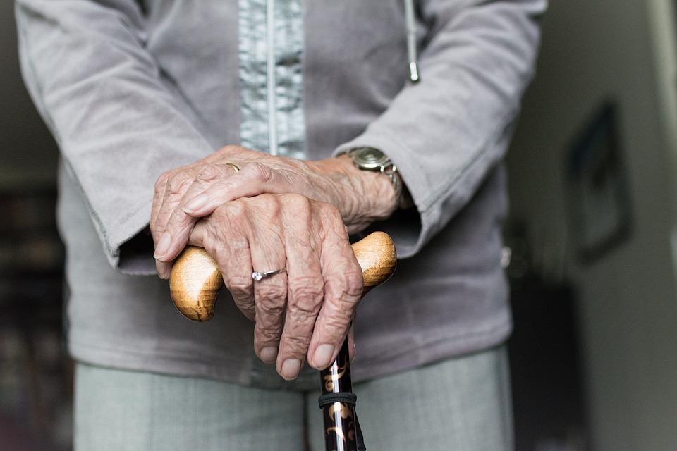 Como evitar quedas de idosos: 22 dicas de segurança em casa
