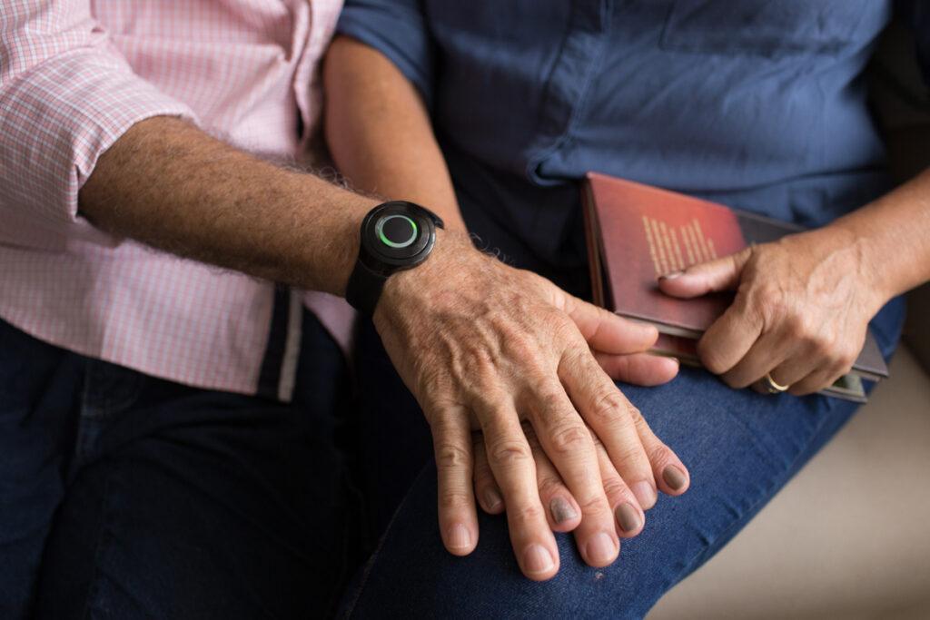 Pulseira com botão de emergência para idosos